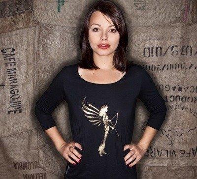 Cosma Shiva Hagen mit T-Shirt der Social Fashion Marke armedangels