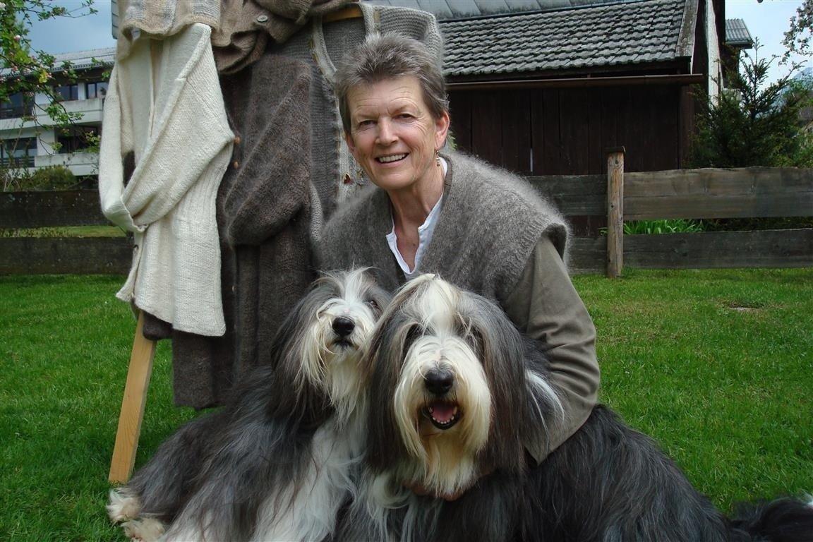 Unterwolle sammeln wenn der Hund abhaart und Frau Stockinger per Post schicken!