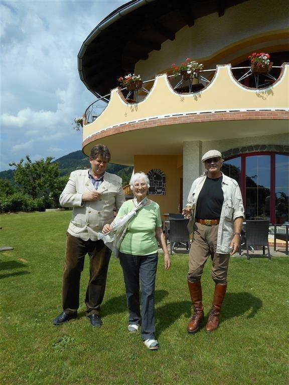 Ilmar und Rosalinde Tessmann (links) mit Künstler Erwin Klinzer - Das Biohotel hat sich immer schon sehr engagiert für die eigene Region eingesetzt, ob jetzt bei den mystischen Wanderwegen und Orten der Kraft oder bei der Erhalt des Kärntner Blondviehs, einer vom Aussterben bedrohten Rasse.