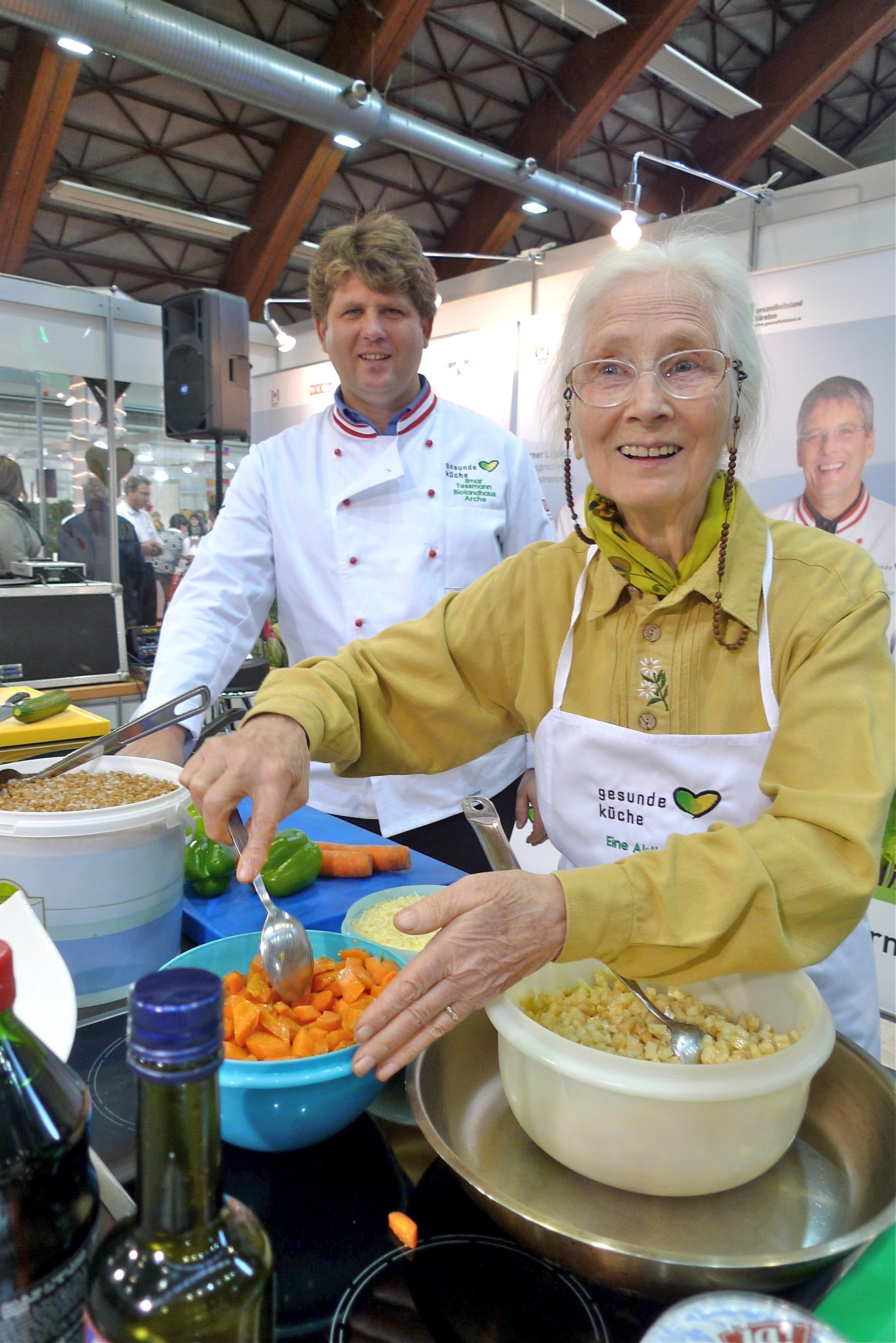 """Biopionierin Rosalinde Tessmann: """"Der Mensch ist kein Allesfresser, er ist im Prinzip ein Früchte- und Nüsse-Esser!"""" mit Sohn Ilmar Tessmann:"""